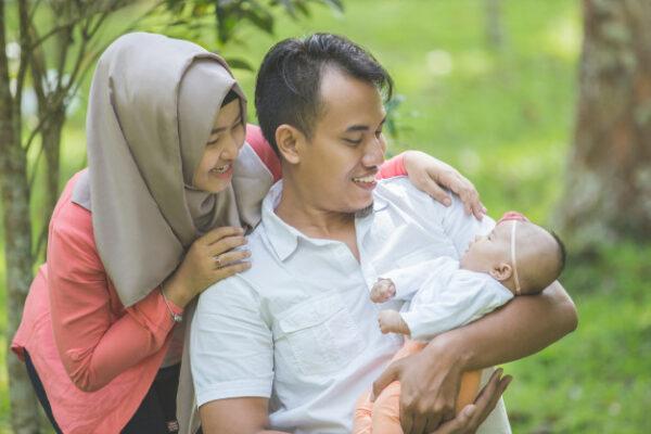 Kiat Meraih Surga Bersama Keluarga: Hak Diberikan Nama Baik