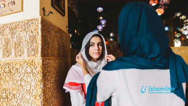Siswi Non-Muslim Pakai Jilbab VS Muslimah Lepas Jilbab