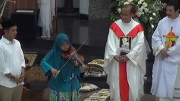 Muslim masuk gereja